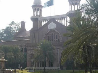 لاہورہائیکورٹ نے عدالتی حکم کے باوجود صدر مملکت کی جانب سے دو عہدے رکھنے کے خلاف توہین عدالت کی درخواست پر صدر کے پرنسپل سیکرٹری کو نوٹس جاری کردیا ۔