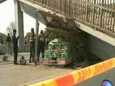 لاہور: ہربنس پورہ میں رنگ روڈ پر اوورہیڈ برج کا ایک حصہ ٹوٹ کر ٹرک پر آگرا، ڈرائیور سمیت دو افراد جاں بحق۔
