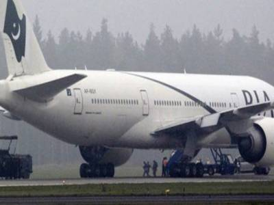 قومی ائیر لائنز کے مطابق مانچسٹر سے کراچی اتاری جانے والی پرواز علامہ اقبال ایئرپورٹ کا مین رن وے کھلنے کے بعد دوپہر کو لاہور پہنچے گی.