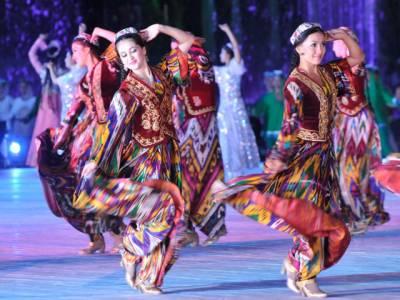 ازبکستان کے ستائیسویں یوم آزادی پررنگا رنگ تقریبات کا انعقاد کیا گیا جس میں صدراسلام کریموف بھی ثقافتی رقص پرجھوم اٹھے۔