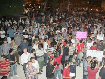 اردن میں ہزاروں افراد نے پٹرول کی قیمت میں اضافے کے خلاف شدید احتجاج کرتے ہوئے وزیراعظم سے مستعفی ہونے کا مطالبہ کر دیا۔