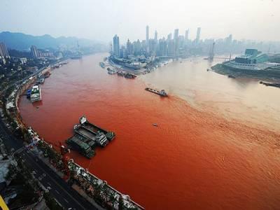 چین میں واقع ایشیا کے سب سے بڑے دریا یانگزے کے پانی کا رنگ غیرمعمولی طور پر سرخ ہوگیا۔