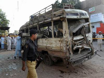 پشاورکےعلاقے کوہاٹ روڈ پر اسکیم چوک کے قریب بم دھماکے میں آٹھ افراد جاں بحق اور تئیس زخمی ہوگئے۔