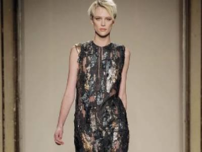 اٹلی میں جاری فیشن ویک میں نت نئے ڈیزائن کے ملبوسات اور جوتوں کی نمائش کا سلسلہ جاری ہے۔