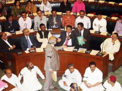 سندھ اسمبلی نے پیپلزلوکل گورنمنٹ آرڈیننس دوہزاربارہ کی منظوری دے دی، اپوزیشن نے آرڈیننس کی کاپیاں پھاڑدیں اورشدید احتجاج کیا۔