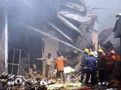کراچی:فیکٹری میں آتشزدگی کے باعث عمارت کے متعدد حصے گر چکے اورباقی کو بھی مخدوش قراردے دیا گیا