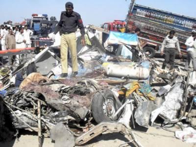 بہاولپورمیں بائی پاس کے قریب مسافروین اورٹرالرکے خوفناک تصادم میں ہلاکتوں کی تعداد چھبیس ہوگئی۔