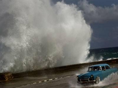 سمندری طوفان سینڈی سے ہونیوالی خوفناک تباہی کےبعدامریکی صدرباراک اوباما نے ریاست نیویارک اور نیوجرسی کو آفت زدہ قرار دیدیا۔ امریکی حکام کےمطابق طوفان سےتینتیس افراد ہلاک ہوچکے ہیں۔