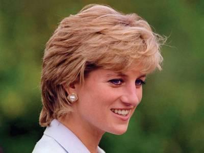 پہلے دورہ امریکا کے دوران شہزادی ڈیانا کے زیر استعمال رہنے والی بلٹ پروف رولز رائس گاڑی نیلام کی جا رہی ہے۔ یہ گاڑی بارہ لاکھ ڈالرتک فروخت ہونے کا امکان ظاہرکیا گیا ہے۔