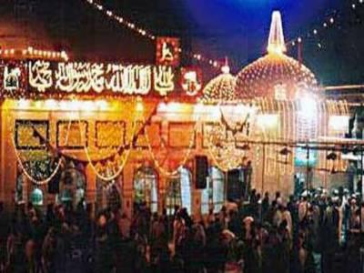 عظیم صوفی بزرگ بابا فریدالدین گنج شکر کے سالانہ عرس کی تقریبات اپنے عروج پر ہیں۔ عقیدت مند ڈھول کی تھاپ پر دھمال ڈالتے ہوئے دربار پر چادریں چڑھا رہے ہیں جبکہ بہشتی دروازہ پانچ محرم الحرام کو کھولا جائے گا۔