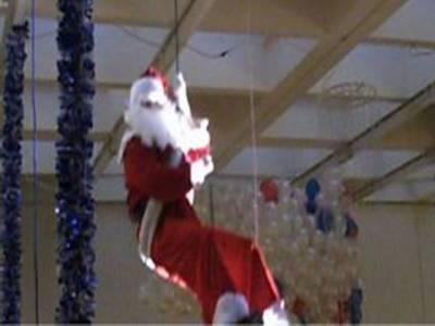برطانیہ: شاپنگ مال میں سانتاکلاز کوکرتب دکھانا مہنگاپڑگیا،داڑھی رسی میں پھنسنے کے باعث سانتا کلازچالیس منٹ تک ہوامیں لٹکا رہا۔