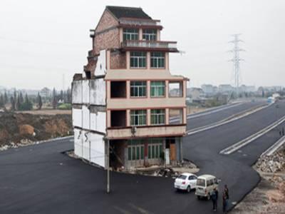 چین: گھرچھوڑنے سے انکار پر بے بس حکام نے معمر چینی جوڑے کے گھر کے ارد گرد ہی موٹروے بنا ڈالی۔
