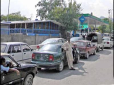 کراچی: سی این جی سٹیشنز کی بندش کے خلاف صارفین ایم اے جناح روڈ پر سراپا احتجاج۔ مظاہرین نے گاڑیاں کھڑی کرکے سڑک بلاک کر ردی, ٹریفک بری طرح جام۔