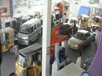 کراچی میں ایک دن کی بندش کے بعد سی این جی سٹیشز دوبارہ کھلنے سے فلنگ اسٹیشنز پر گاڑیوں کی لمبی قطاریں لگ گئیں