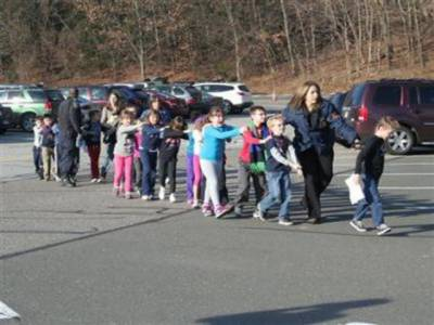امریکی ریاست کنیٹی کٹ کے سکول میں فائرنگ سے اٹھارہ بچوں سمیت ستائیس افراد ہلاک ہوگئے، پولیس کی جوابی کارروائی میں حملہ آور بھی ماراگیا۔