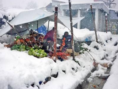 آزادکشمیر سمیت ملک کےبیشتر بالائی علاقوں میں برفباری کا سلسلہ تو تھم گیا لیکن سخت سردی نے لوگوں کو گھروں میں محصور کردیا۔