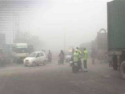 دھندکے باعث موٹروے پر فیض پورانٹر چینج کے قریب چارگاڑیاں آپس میں ٹکرانے سے دس افراد زخمی ہوگئے.
