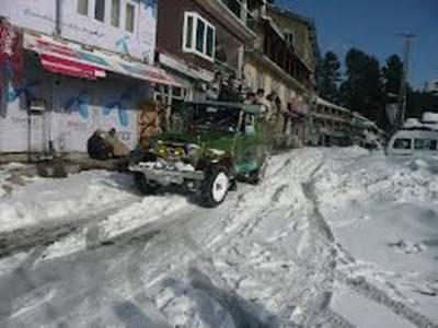 نتھیا گلی اور اس کے مضافات میں شدید برف باری کی وجہ سے جہاں علاقے کی تمام رابطہ سڑکیں بند ہیں وہیں درجنوں سیاح بھی پھنسے ہوئے ہیں۔