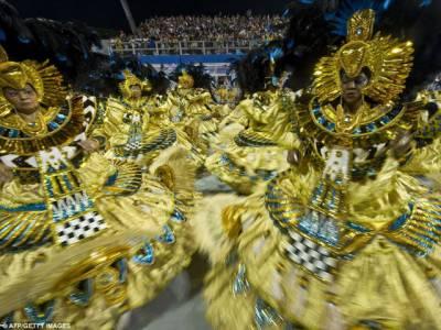 برازیل میں ریوڈی جنیرو اورسامبا ڈروم کارنیول میں رنگوں کی بہارنے حاضرین کوجھومنے پرمجبورکردیا،لاکھوں افراد کی شرکت کےباعث بھگدڑ سےکئی افراد زخمی ہوگئے