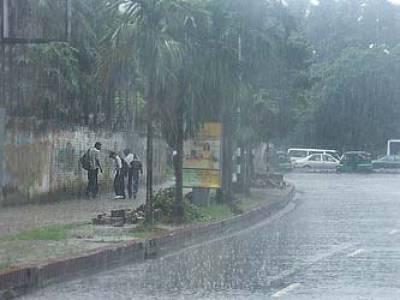 لاہور اور اسلام آباد سمیت ملک کے بیشتر علاقوں میں موسلادھار بارش اور ژالہ باری سے سردی پھر سے لوٹ آئی