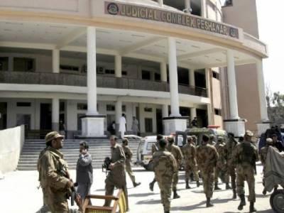 دہشت گردوں نے پشاور کا امن پھر تباہ کردیا، جوڈیشل کمپلیکس کے قریب خود کش حملے میں دو پولیس اہلکاروں سمیت چار افراد جاں بحق اورچھبیس زخمی ہوگئے۔