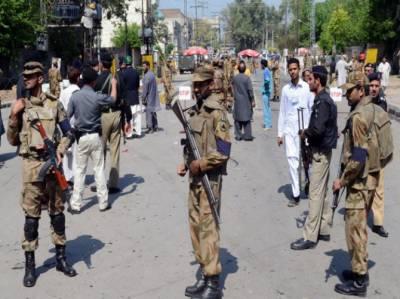 پشاور میں دہشگردوں نے پھر سکیورٹی فورسز کو نشانہ بنایا. ایف سی کمانڈنٹ کے قافلے پر خود کش حملے میں چھ افراد جاں بحق اور بارہ زخمی ہوگئے۔