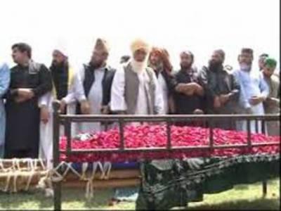 سنی اتحاد کونسل کے چیئرمین صاحب زادہ فضل کریم کو جھنگ بازار فیصل آباد میں جامعہ رضویہ کے احاطے میں سپرد خاک کردیا گیا.