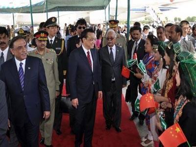 چینی وزیراعظم لی کی گیانگ کا اسلام آباد آمد پرپرتپاک استقبال کیا گیا,صدر آصف علی زردای نے معزز مہمان کو نشان پاکستان سے بھی نوازا.