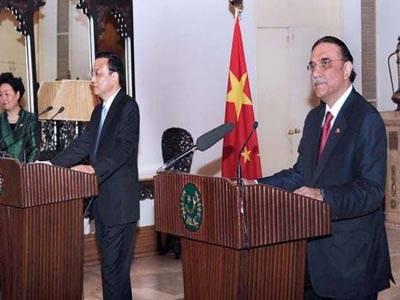 چینی وزیراعظم لی کی چیانگ نے کہا ہے کہ عالمی حالات کچھ بھی ہوں پاکستان کیساتھ اسٹریٹجک شراکت داری مضبوط بنائیں گے، دونوں ممالک کے مابین اقتصادی راہداری کے قیام سمیت متعدد معاہدوں پر دستخط بھی کیے گئے.