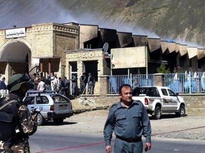 افغانستان کے شہر جلال آباد میں ریڈکراس کے دفتر پر خودکش حملے میں ایک شخص ہلاک ہوگیا جبکہ دو حملہ آور عمارت کے اندر گھس گئے.