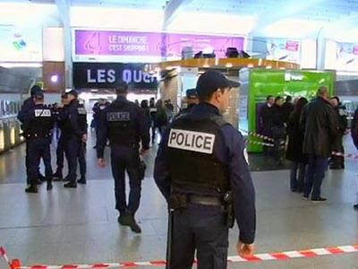 فرانسیسی حکام نے پیرس میں فوجی کو چاقو کے وار کرکے زخمی کرنیوالے شخص کو گرفتار کرلیا، علاقہ مکین کہتے ہیں کہ واقعہ میں مبینہ طور پر ملوث شخص انتہاپسند نہیں بلکہ نفسیاتی مریض ہے.