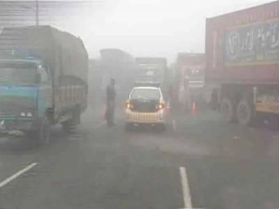 لاہور سمیت پنجاب کے مختلف شہروں میں دھند کم ہو گئی تاہم موٹروے حکام نے کچھ سیکشن پر ہلکی دھند کے باعث ڈرائیورز کو محتاط ڈرائیونگ کی ہدایت کی ہے۔