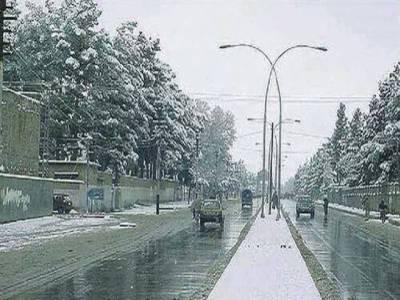 محکمہ موسمیات کے مطابق ملک میں سردی کی لہر بدستور برقرار ہے،آئندہ چوبیس گھنٹوں کے دوران بھی بیشتر شہروں میں موسم سرد اور خشک رہنے کا امکان ہے.