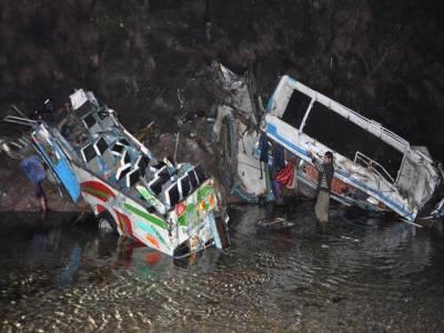 مری کے قریب دو مسافر کوسٹرز تصادم کے بعد گہری کھائی میں جاگریں، حادثے میں گیارہ افراد جاں بحق جبکہ متعدد زخمی ہوگئے، بارش اور اندھیرے کے باعث امدادی کاموں میں شدید مشکلات کاسامنا کرنا پڑا۔