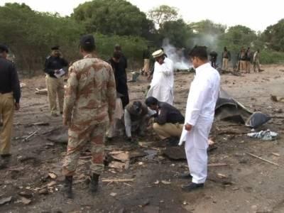 کراچی کے علاقے شاہ لطیف ٹاؤن رزاق آباد پولیس ٹریننگ سینٹر کے قریب پولیس بس پر خود کش حملے میں پولیس اہلکاروں سمیت گیارہ افراد جاں بحق اور 33 زخمی ہوگئے۔