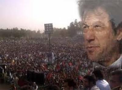 چیئرمین تحریک انصاف عمران خان نے کہا ہے کہ نوازشریف شمالی وزیرستان کےمتاثرین پرسیاست نہ کریں، ان کے ساتھ جاکر تصویر کھچوانے سے کچھ فائدہ نہیں ہوگا، آئی ڈی پیز کیلئے تمام صوبے اپنے دروازے کھولیں