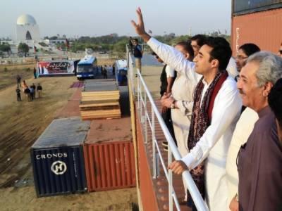 پیپلز پارٹی آج کراچی میں سیاسی قوت کا مظاہرہ کرنےجارہی ہےجس کی تیاریاں مکمل کرلی گئی ہیںبلاول بھٹو زرداری کے لیےایک سو ساٹھ فٹ لمبا سٹیج بھی تیار کر لیا گیاہے،
