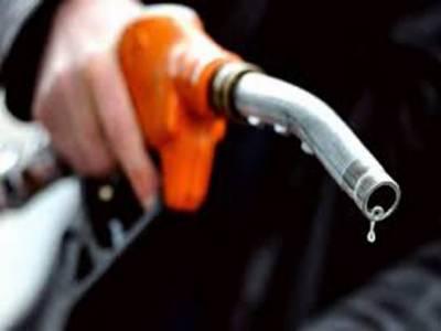 6۶پٹرولیم مصنوعات کی قیمتیں کم ہونے سے عوام کےچہرے کھل اٹھے پٹرول پمپوں پرگاڑیوں کی قطاریں لگ گئیں