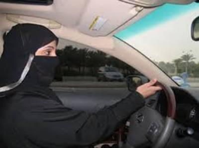 سعودی شوریٰ نے خواتین کیلیے ڈٖرائیونگ قوانین نرم کرتے ہوئےانہیں ملک میں ڈرائیونگ کی اجازت دینے کی سفارش کر دی ہےسعودی عرب میں اس سے پہلے خواتین کے گاڑی چلانے پر پابندی عائد تھی