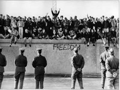 جرمنی میں دیوار برلن کے انہدام کے پچیس برس نو نومبر کو مکمل ہوں گے۔ اس حوالے سے تین روزہ تقریبات کا آغاز ہو گیا ہےجس میں راک اسٹارز اور انسانی حقوق کے کارکنوں کے علاوہ لاکھوں عام شہری بھی شریک ہوں گے۔