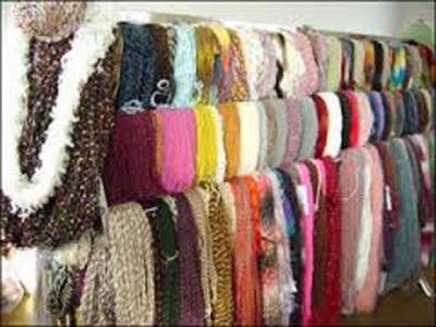 سردی سے بچنے کے لیے شہریوں کی بڑی تعداد گرم کپڑے خریدنے لاہور کے لنڈا بازار پہنچ گئی۔۔۔ شہریوں کا کہنا ہے کہ مہنگائی نے لنڈے بازار کو بھی عام آدمی کی پہنچ سے دور کردیا ہے
