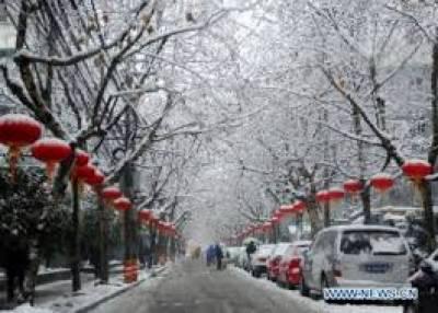 چین میں اڑتالیس گھنٹے تک جاری رہنے والے مسلسل برفباری کے طوفان نے ملک کے شمال مشرقی علاقوں میں نظام زندگی کو مفلوج کردیا