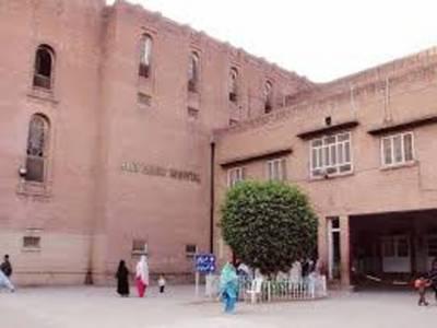 راولپنڈی میں ڈی ایچ کیو اسپتال کے ڈریسنگ روم میں آتشزدگی کے نتیجہ میں خاتون سمیت دو افراد جھلس گئے