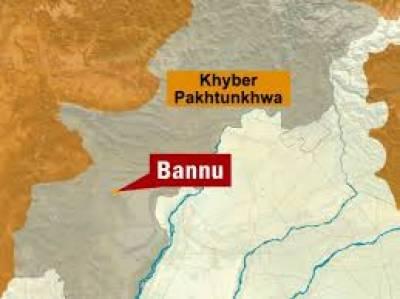 بنوں میں فورسز کےساتھ جھڑپ میں تین دہشت گرد مارے گئے، جبکہ پشاورمیں ایک گاڑی پر فائرنگ کے نتیجےمیں چارافراد جاں بحق ہوگئے۔