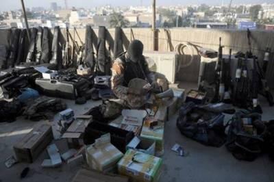 کور کمانڈر کراچی کا رینجرز ہیڈ کوارٹر کا دورہ اور نائن زیرو سے برآمد ہونےوالے اسلحے کا معائنہ