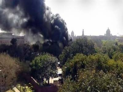 بھارتی پارلیمنٹ کےکمپلیکس میں اچانک آگ بھڑک اٹھی، آتشزدگی کے باعث عمارت کا ایک حصہ تباہ