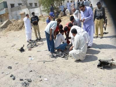 کراچی کےعلاقےقائد آباد میں پولیس موبائل کے قریب دھماکے سے 2 اہلکار جاں بحق اورعام شہریوں سمیت 14 زخمی