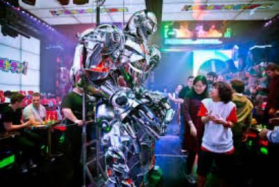 جاپان کے ایک سٹورپر گاہکوں کو خوش آمدید کہنے کیلئے اسقبالیہ پرانسان کی جگہ روبوٹ کو تعینات کر دیا گیا