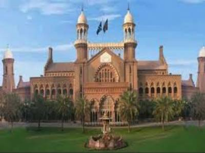 اپنے بچوں کی بازیابی کیلئے لاہور ہائیکورٹ آنے والی خاتون انصاف کی دہائی دیتی رہی