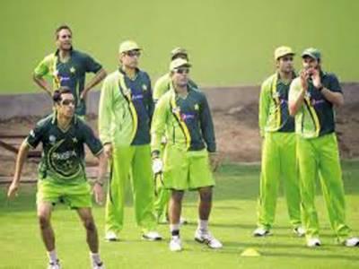 دورہ سری لنکا کی تیار ی کے لئے موجودہ ٹیسٹ سکواڈ میں شریک کھلاڑیوں کی نیشنل کرکٹ اکیڈیمی لاہور میں انفرادی پریکٹس جاری ہے